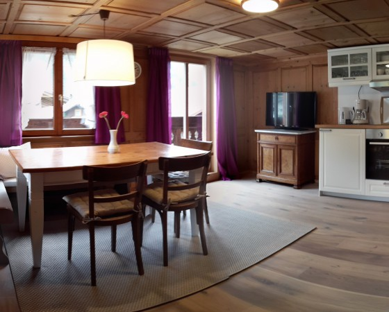 Wohnküche – Blick zur Essecke & Zugang zum Balkon