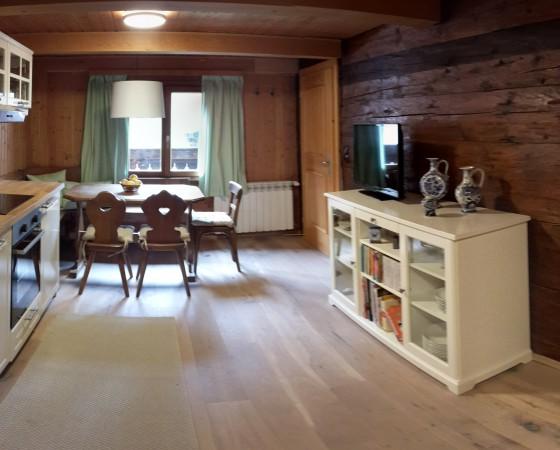 Wohnküche – Blick auf Blockwand