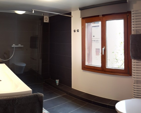 Bad mit bodentiefem Duschbereich, Doppelwaschbecken